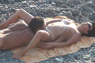 Starší manželský pár si vrzne na pláži – skrytá kamera
