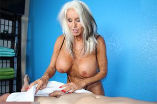 Starší masérka Sally D'Angelo vyhoní penis!