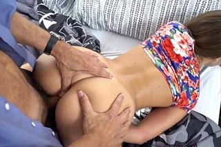 Starší muž osouloží osmnáctiletou dceru svého kamaráda! (Liza Rowe)