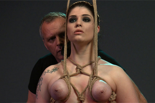 Starší muž surově mučí svázanou holku – BDSM porno