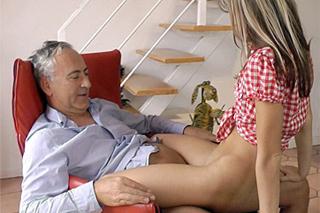Starší pán v kondici píchá drobnou kamarádku své vnučky! (Gina Gerson)