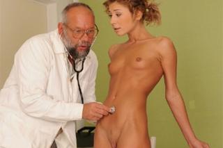 Mladá holka na sex prohlídce u pana doktora doktor jí