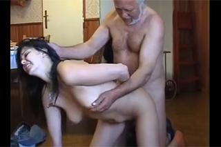 Starý zvrhlík přinutí k sexu hospodyni!
