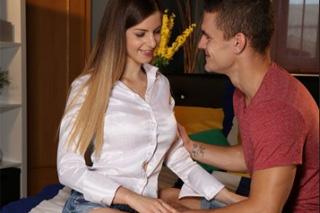 Stella Cox ve vášnivé desetiminutovce s přítelem Maxem