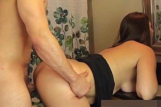 Strýček Freddie Cee oprcá zezadu neteř Madisin Lee v koupelně!