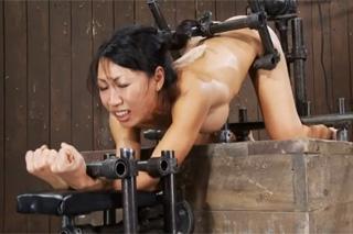 Submisivní Asiatka na šukacím stroji!