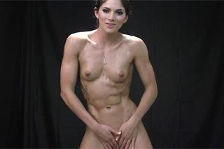 Svalnatá sportovkyně Aspen Rae cvičí a masturbuje!