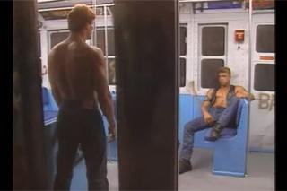 Svalovci si to rozdají během noční jízdy metrem – archivní gay porno