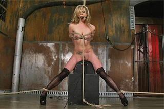 Svázaná blondýnka Dahlia Sky vyteče na masturbační mašině!