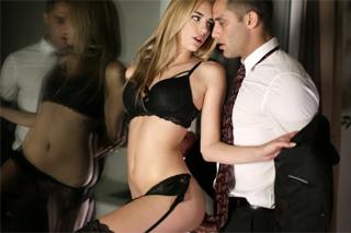 Svůdná asistentka Blake Bartelli šuká s bossem na hotelu během služební cesty