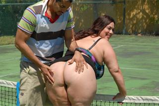 Tlusťoška prcá s tenisovým koučem na kurtu (Rikki Waters)