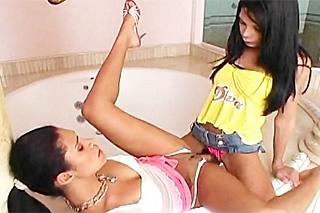 Tranny Sasha Hevyn bangs Emanuelle Diniz in a hot tub - shemale porn