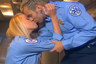 Tým záchranářů šoustá během služby v prostoru pro pacienty