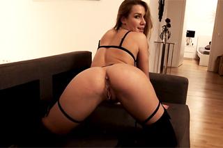 Úžasná Alexis Crystal vášnivě šuká s milencem v berlínském apartmánuu