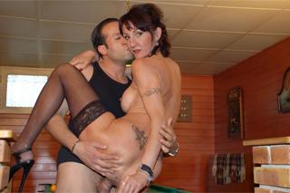 Vášnivá kulečníková hráčka platí za porážku nejen stříkající kundičkou! (Lyna Cypher)