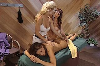 Vášnivá masérka vylíže přitažlivou klientku na lehátku – retro porno