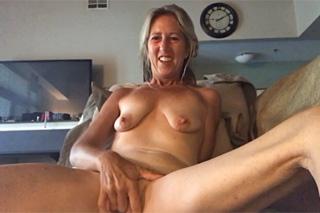 Vitální babička masturbuje před webkamerou