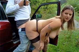 Vnadná prostitutka obslouží řidiče u lesní cesty!