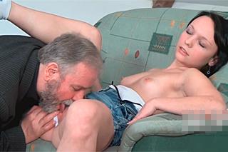 Vnučka šuká s dědou kvůli kapesnému – rodinné porno