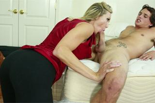 Vysokoškolák oprcá matku svého spolubydlícího (Tyler Nixon a Brandi Love)