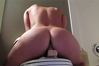 Záchodová jízda na umělém penisu
