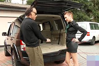 Zákaznice mrdá s prodejcem vozů v autobazaru