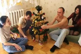 Zdobení stromečku se zvrhne v gang bang!