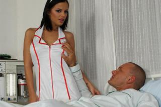 Zdravotní sestřička Black Angelika ukojí penis pacienta