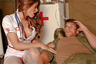 Zdravotní sestřička Madelyn Marie šuká s lazarem ve vojenském stanu