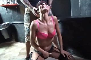 Žena si vyzkouší bukkake na erotické párty v klubu!