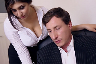 Ženatý ředitel šoustá prsatou asistentku ve své kanceláři