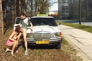 Žhavá pasažérka prcá s taxikářem na kapotě auta u silnice