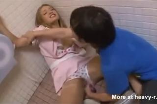 video znásilnění sex na záchodě