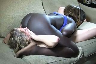 Zralá bílá lesbička ochutná černošskou kundičku!