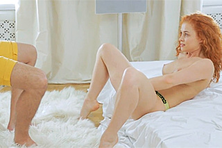 Zrzavá studentka svádí přítele masturbací!