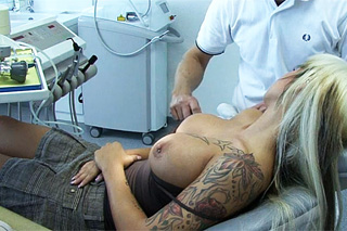 Zubař opíchá prsatou pacientku v ordinaci!