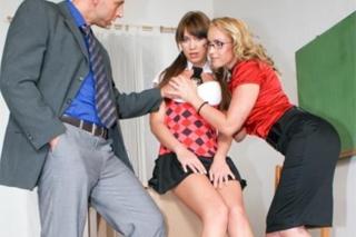 Zvrhlý učitelský pár si podmaní zvídavou školačku (Kathia Nobili a Lindsey Olsen)